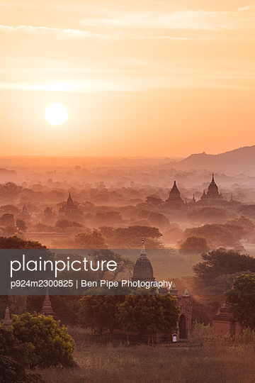 Myanmar, Bagan, view of temples in morning mist - p924m2300825 by Ben Pipe Photography