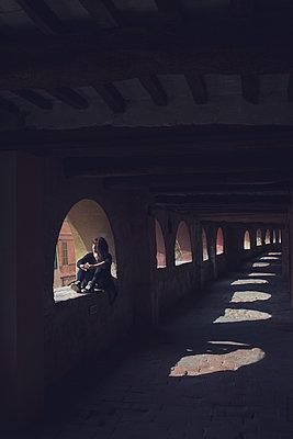 Woman sitting in a window - p1323m2026183 von Sarah Toure