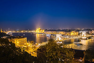 Budapest with Széchenyi Chain Bridge at night - p1600m2184186 by Ole Spata