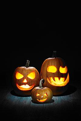 Halloween, pumpkins on wooden table - p300m2213716 by Daniel Schweinert