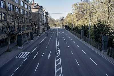 Empty city street during COVID-19, Stuttgart, Baden-Wuerttemberg, Germany - p301m2202387 by Stephan Zirwes