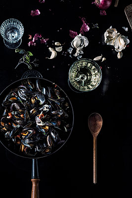 Mussels in pan - p947m1492709 by Cristopher Civitillo