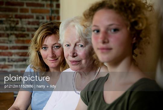 Drei Generationen - Mutter - p1212m1152886 von harry + lidy