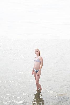 Girl standing in the sea - p1323m2100719 von Sarah Toure