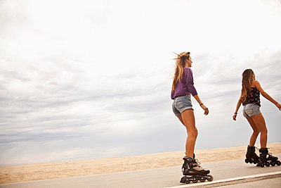 Caucasian teenage girls roller blading - p555m1479031 by Moxie Productions