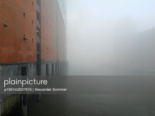 Blick von der Mahatma-Gandhi-Brücke in HafenCity Hamburg - p1501m2037674 von Alexander Sommer