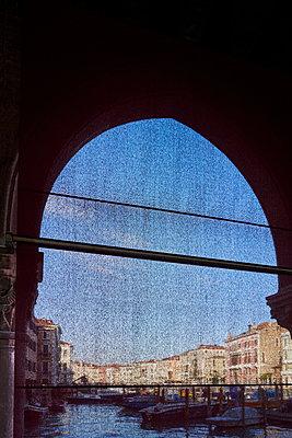 Torbogen in Venedig - p1312m1575201 von Axel Killian