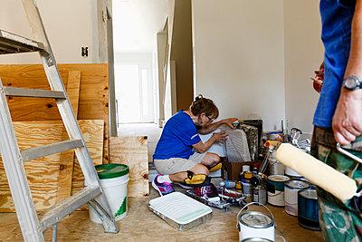 Women preparing to paint walls - p555m1504169 by Roberto Westbrook