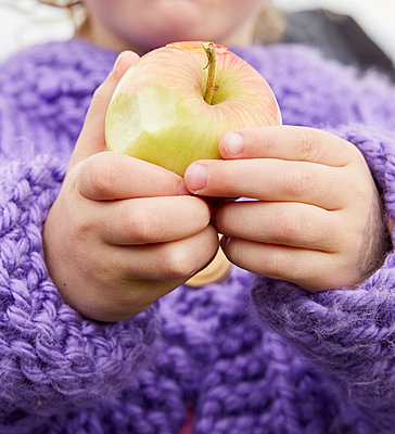 Close up of Young Girl Hands Holding an Apple - p669m2070960 by Kelly Davidson