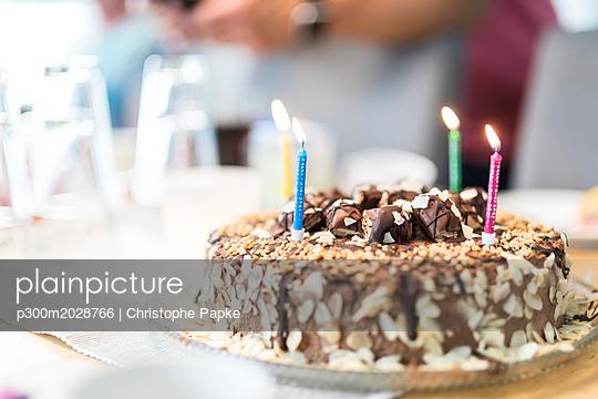 plainpicture - plainpicture p300m2028766 - Lighted birthday candles on... - plainpicture/Westend61/Christophe Papke