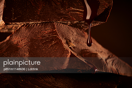 Schokolade schmelzen - p851m1148636 von Lohfink