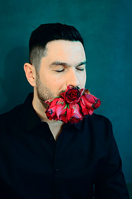 Mann mit Rosen im Mund - p1521m2157609 von Charlotte Zobel