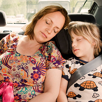 Mother and son sleeping inside car - p31226199 by Susanne Kronholm