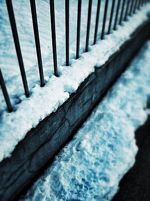 Schnee am Zaun - p586m781012 von KNSY Bande