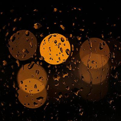 Regentropfen auf Fensterscheibe im Zwielicht - p685m1045481 von Lena Kah