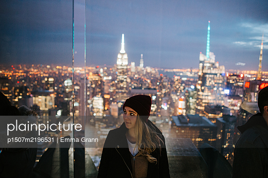 Woman against skyline of New York  - p1507m2196531 by Emma Grann