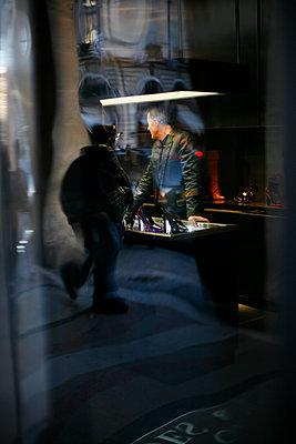 Spiegelungen im Schaufenster eines Schuhgeschäfts - p1270m1106507 von Christophe Deschanel