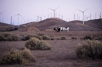 Kaputtes Auto und Windräder in der Mojavewüste - p1273m1110937 von Melanka Helms