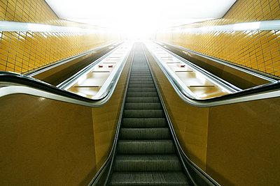 Metro, empty escalator, Hamburg, shutdown due to Covid-19 - p1276m2178390 by LIQUID