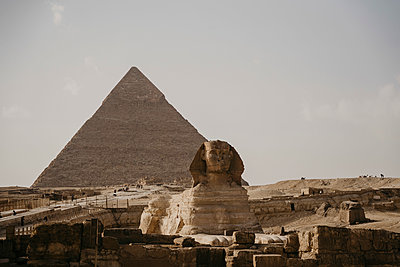 Egypt, Cairo, Great Pyramid of Giza and Great Sphinx of Giza - p300m2266702 by letizia haessig photography