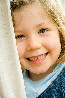 Lächelndes Mädchen - p3050138 von Dirk Morla
