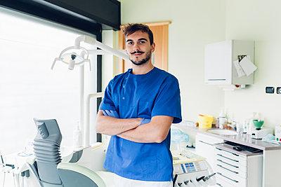 Portrait of dentist in dentist office - p429m1561704 by Eugenio Marongiu