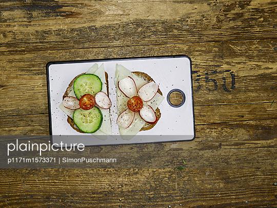 Belegtes Brot - p1171m1573371 von SimonPuschmann