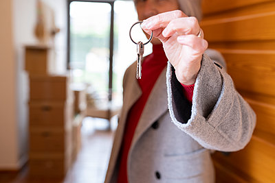 White-haired senior woman, single moving into her new home, Madrid / Spain - p300m2275218 von Jose Carlos Ichiro
