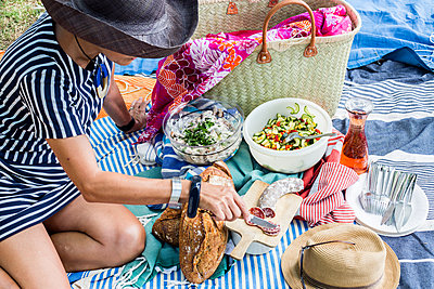 Picnic on the floor - p940m1169841 by Bénédite Topuz
