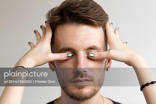 Frau hält einem Mann die Augen zu - p1301m1582550 von Delia Baum