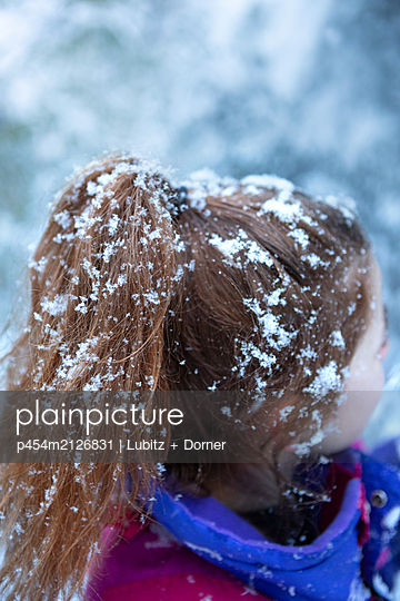 Frisur mit Schnee - p454m2126831 von Lubitz + Dorner