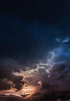 Austria, Hoersching, dark clouds after thunderstorm - p300m1581634 von EJW