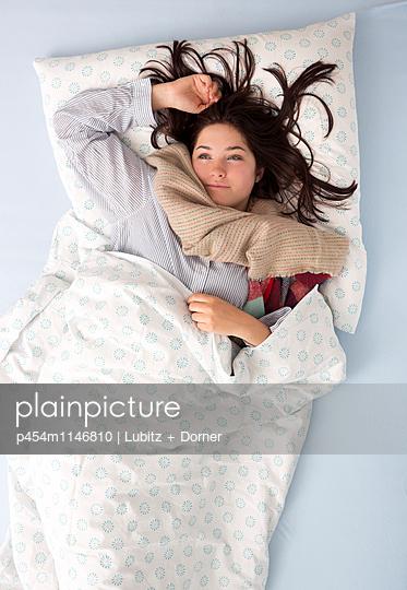 Nachdenklich im Bett - p454m1146810 von Lubitz + Dorner