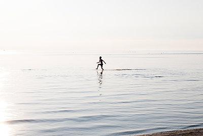 Junger Mann im Wasser - p1212m1178661 von harry + lidy