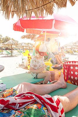 All at the beach - p454m2037697 by Lubitz + Dorner
