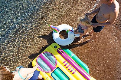 Family at the beach - p454m2142203 by Lubitz + Dorner