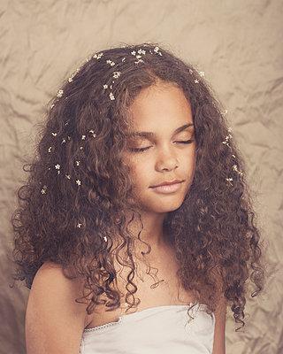 Mädchen mit Blüten - p1323m1444830 von Sarah Toure