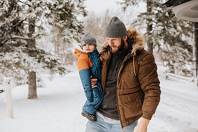 Canada, Ontario, Father holding baby boy (12-17 months) on winter day - p924m2271200 by Sara Monika