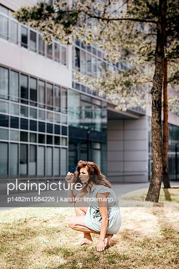 Frau vor einem Verwaltungsgebäude - p1482m1584226 von karsten lindemann