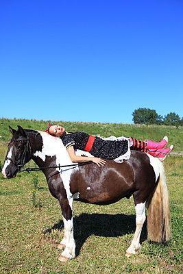 Auf dem Pferd träumen - p045m1048091 von Jasmin Sander