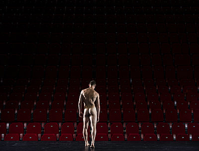 Naked male dancer rear view - p1139m1503052 by Julien Benhamou