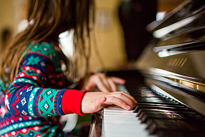 Close up of girls hand playing piano - p1166m2073779 by Cavan Images