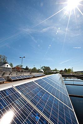 Photovoltaikanlage in einer Kläranlage, Weiz, Steiermark, Österreich - p1316m1160669 von Harald Eisenberger