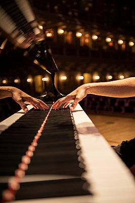 Hand beim Klavierspiel, Nahaufnahme - p713m2284048 von Florian Kresse