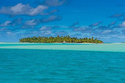 Aitutaki lagoon, Rarotonga and the Cook Islands, South Pacific, Pacific - p871m1448424 by Michael Runkel