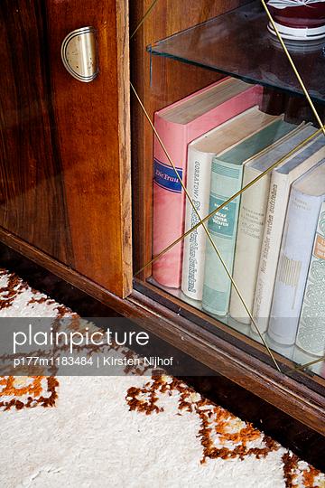 Bücher in altem Glasschrank - p177m1183484 von Kirsten Nijhof