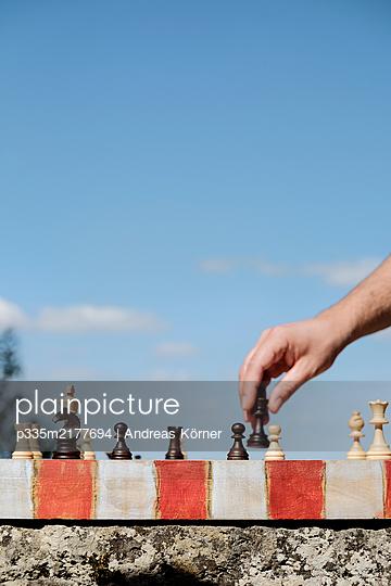 Schachspiel vor blauem Himmel - p335m2177694 von Andreas Körner