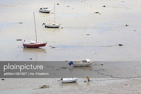 Fischer macht sein Boot fest - p606m1091507 von Iris Friedrich