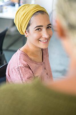Junge Leute im Gespräch, Lob - p1156m1572863 von miep