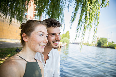 Young couple in Berlin at river Spree - p276m2111060 by plainpicture